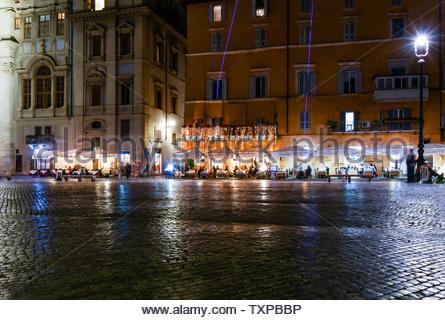 Un café-restaurant la fin de nuit sur la Piazza Navona à Rome, Italie Banque D'Images