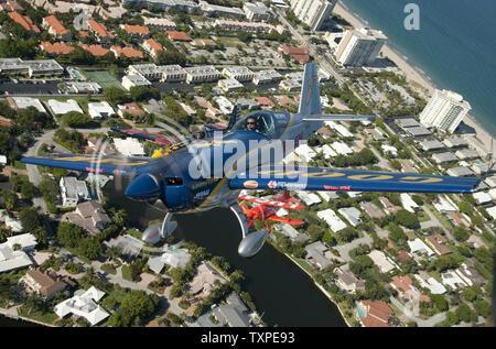 Mike Goulian Aerobats manœuvres effectue tout en pratiquant plus de Ft. Lauderdale, Floride le 26 avril 2012. Goulian est l'une des vedettes de la nouvelle Ft. Lauderdale Air Show qui aura lieu le week-end des 28 et 29 avril. .UPI/Marino-Bill Joe Cantrell Banque D'Images
