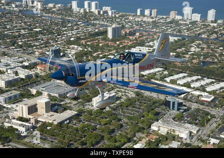 Aerobat Mike Goulian manœuvres effectue tout en pratiquant plus de Ft. Lauderdale, Floride le 26 avril 2012. Goulian est l'une des vedettes qui participeront à la nouvelle Ft. Lauderdale Air Show qui aura lieu le week-end des 28 et 29 avril. .UPI/Marino-Bill Joe Cantrell Banque D'Images