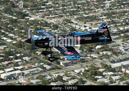 Aerobat Rob Holland effectue des manoeuvres tout en pratiquant plus de Ft. Lauderdale, Floride le 26 avril 2012. Holland est l'une des vedettes qui devrait participer à la nouvelle Ft. Lauderdale Air Show qui aura lieu le week-end des 28 et 29 avril. .UPI/Marino-Bill Joe Cantrell Banque D'Images