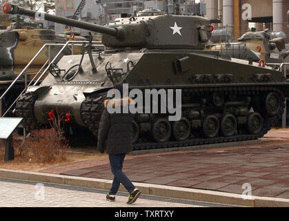 """Une marche de la Corée du Sud par un char Sherman exposé au Mémorial de la guerre de Corée à Séoul le 28 janvier 2013. La Corée du Nord a déclaré la semaine dernière qu'il prévoit de mener un nouvel essai nucléaire et plus de lancements de fusées à longue portée, qui a dit qu'il font partie d'une nouvelle phase de confrontation avec les États-Unis. La Corée du Nord a également mis en garde contre la possibilité d'fortement contre-mesures physiques"""" contre la Corée du Sud s'ils prennent en charge des sanctions de l'ONU. UPI/Stephen Shaver"""