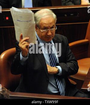 Le Premier ministre israélien Benjamin Netanyahu participe à une session à la Knesset, le Parlement israélien, à Jérusalem, le 2 juin 2010. Israël a expulsé les militants saisis au cours d'un raid sur la flottille de navires de l'aide aujourd'hui et promis d'empêcher les navires d'aide humanitaire d'atteindre Gaza. L'opération navale meurtrière a apporté l'indignation internationale sur Israël. UPI/Debbie Hill