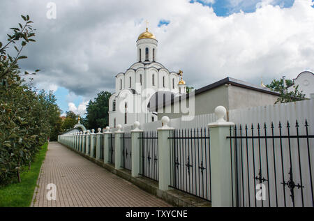 Nouveau temple chrétien à Kaliningrad Russie le jour d'été nuageux Banque D'Images