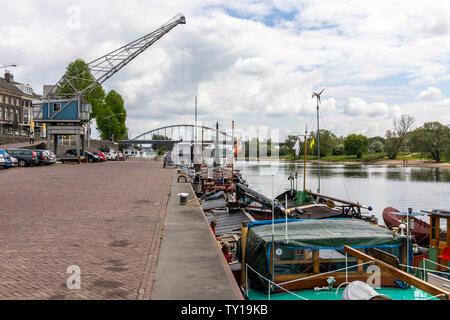 Les chalands amarrés à quai à Arnhem. La grue vu travailler chez mon père 1935-8 B&B photo a maintenant été restaurée mais est en position statique