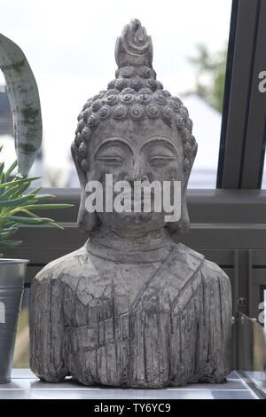 Statue de Bouddha Theravada dans une serre. Banque D'Images
