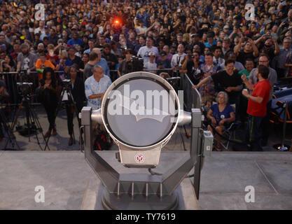 Des milliers de personnes, y compris les familles avec jeunes enfants, envahi le centre-ville de Los Angeles jeudi soir et d'autres vêtements de sport Batman costume de super-héros pour rendre hommage à l'acteur Adam West, connu pour avoir joué l'homme chauve sur les années 60, émission de télévision 'Batman'. Le signal 'Batman bat' a été projetée sur Los Angeles City Hall dans un hommage à la fin de l'acteur dans Los Angeles le 15 juin 2017. À l'Ouest, qui dépeint dans le Batman Classic 1966-68 séries télé du même nom, est décédé le 9 juin à l'âge de 88 ans. Le 'Bat-signal' a été utilisé dans l'émission de télévision lorsque la police de Gotham City Banque D'Images