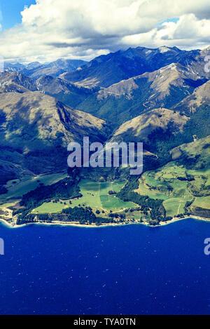 Nouvelle Zélande, île du Sud. Vue aérienne du lac Wakatipu et les montagnes près de Queenstown. Photo: © Simon Grosset. Archive: image numérisé à partir d'une origine