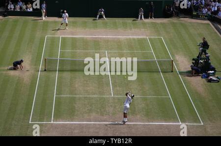 Une vue générale du centre court de la mens de finale entre Rafael Nadal et l'Espagne République tchèque Thomas Berdych au Wimbledon championships à Wimbledon le 4 juillet 2010.Nadal battre Berdych 6-3, 7-5, 6-4. UPI/Hugo Philpott Banque D'Images