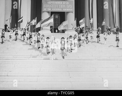 Photographie de Jefferson High School Marching Colonials d'effectuer sur les marches de l'édifice des Archives nationales le jour de Constitution, 1974; Portée et contenu: sous-titre original: Jefferson High School Marching Colonials effectuer sur les étapes de construction des Archives nationales le jour de Constitution, le 17 septembre 1974. Banque D'Images