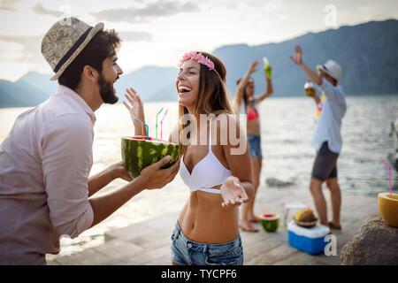 L'été, vacances, travail, personnes concept. Groupe d'amis s'amuser et faire la fête sur la plage. Banque D'Images