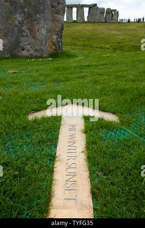 Pointeur en flèche dans le sol à Stonehenge, pointant sur l'endroit où le soleil se couche / midwinter au coucher du soleil le jour le plus court de l'année en hiver / le solstice d'hiver. UK. (109) Banque D'Images