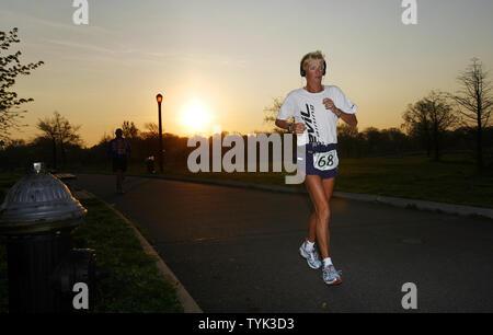 Pam Reed exécute un tour à 6 h le jour 2 d'une course de marathon de six jours qui a eu lieu à Corona Park à New York le 27 avril 2009. (Photo d'UPI/John Angelillo) Banque D'Images