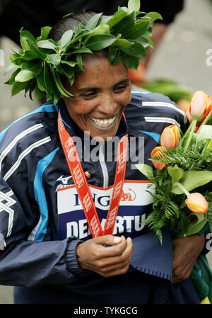 Derartu Tulu de l'Ethiopie célèbre après avoir remporté la division des femmes du New York City Marathon le 1 novembre 2009 à New York. Environ 40 000 coureurs de partout dans le monde le cours qui serpente à travers les cinq quartiers de la ville. UPI/Monika Graff Banque D'Images