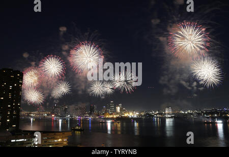 Stand fêtards le long de l'East River pour voir le Macy's 4 juillet feu d'artifice spectaculaire en date de l'indépendance à New York le 4 juillet 2017. Photo de John Angelillo/UPI Banque D'Images