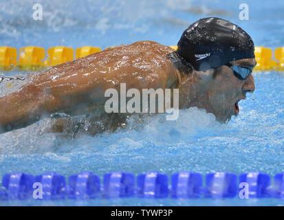 Le nageur américain Michael Phelps en action comme il gagne le 200m masculin fly à la demi-finale des Jeux Olympiques d'été 2012, le 30 juillet 2012, à Londres, en Angleterre. UPI/Mike Theiler Banque D'Images