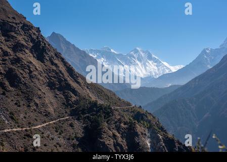 Les paysages de l'Himalaya avec le Mont Everest et Lhotse, étroit chemin de randonnée le long de la pente de montagne