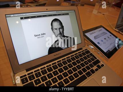 Un écran d'ordinateur affichant une image de fondateur et ancien PDG d'Apple Steve Jobs est vu dans l'Apple Store près de Place de l'Opéra à Paris à la suite de l'annonce de sa mort le 6 octobre 2011. L'emploi était responsable de la transformation de l'informatique personnelle et inventé des dispositifs tels que l'iPod, iPhone et iPad. UPI/ David Silpa Banque D'Images