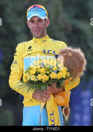 Vincenzo Nibali de l'Italie arrive sur le podium de présentation après avoir remporté le Tour de France à Paris le 27 juillet 2014. L'Italien est le sixième homme à remporter les trois grands tours - Le Tour de France, Giro d'Italia et la Vuelta a Espana. UPI/David Silpa Banque D'Images