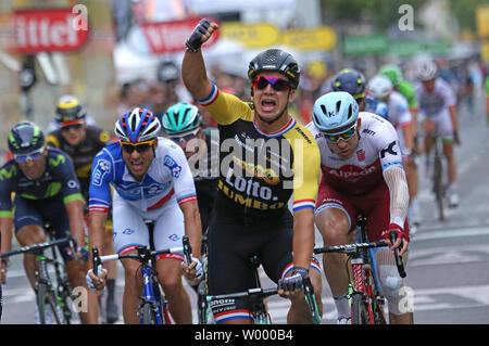 Dylan Groenewegen des Pays-Bas passe la ligne d'arrivée après avoir remporté la dernière étape du Tour de France à Paris le 23 juillet 2017. Photo de David Silpa/UPI