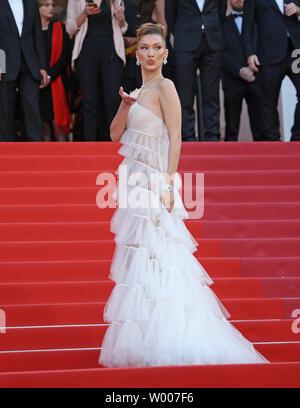 Bella Hadid arrive sur le tapis rouge avant la projection du film 'Rocketman' au 20e Congrès International du Film de Cannes à Cannes, France le 16 mai 2019. Photo de David Silpa/UPI Banque D'Images