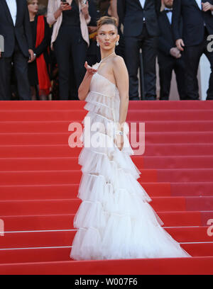 Bella Hadid arrive sur le tapis rouge avant la projection du film 'Rocketman' au 20e Congrès International du Film de Cannes à Cannes, France le 16 mai 2019. Photo de David Silpa/UPI Banque D'Images