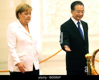 La chancelière allemande Angela Merkel (L) et de la Chine, le Premier ministre Wen Jiabao assister à une cérémonie d'accueil dans le Grand Hall du Peuple à Beijing il le 16 juillet 2010. La Chine et l'Allemagne s'opposer au protectionnisme commercial et ne sont pas à la recherche d'excédents commerciaux, a dit M. Wen. UPI/Stephen Shaver