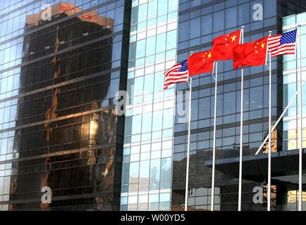 """Les drapeaux nationaux chinois et américain voler en face d'un nouveau centre international des finances au centre-ville de Pékin, le 23 novembre 2011. Les États-Unis ont salué cette semaine des pourparlers commerciaux avec la Chine comme un succès, disant qu'ils avaient fait """"signifiante, des progrès concrets"""" sur le piratage et l'accès aux marchés, mais averti plus de travail à faire. UPI/Stephen Shaver"""