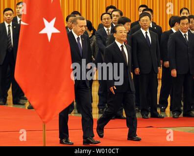 Le Premier ministre chinois Wen Jiabao (R) escorts le Premier ministre turc, Recep Tayyip Erdogan lors d'une visite d'Etat en Chine à Beijing le 9 avril 2012. Erdogan est en Chine à une visite d'état de 4 jours. UPI/Stephen Shaver