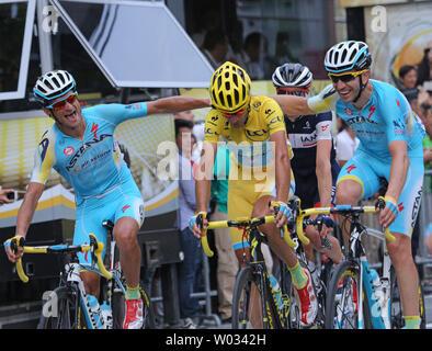 Vincenzo Nibali de l'Italie (maillot jaune) est félicité par ses coéquipiers après avoir remporté le Tour de France à Paris le 27 juillet 2014. L'Italien est le sixième homme à remporter les trois grands tours - Le Tour de France, le Giro d'Italia et la Vuelta a Espana. UPI/David Silpa Banque D'Images