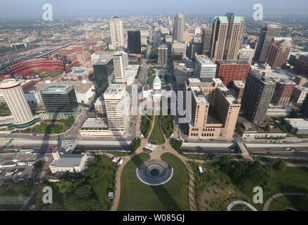Une réflexion de la Gateway Arch peut être vu à travers la fenêtre du haut de la 630 pieds momument national avec la ville de Saint Louis à St Louis le 3 juillet 2018. La Gateway Arch a connu trois années de construction et des centaines de millions de dollars en rénovations. Photo de Bill Greenblatt Banque D'Images