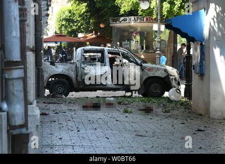 Tunis. 27 Juin, 2019. Photo prise le 27 juin 2019 montre l'emplacement d'une bombe à Tunis, Tunisie. Deux membres de forces de sécurité tunisiennes ont été blessés jeudi dans un attentat suicide sur un véhicule de police stationné sur la Rue Habib Bourguiba dans le centre de Tunis, a indiqué Xinhua. Une enquête est en cours. Credit: Adele Ezzine/Xinhua/Alamy Live News Banque D'Images