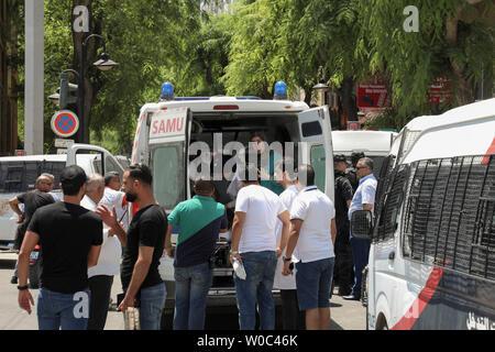 Tunis, Tunisie. 27 Juin, 2019. Les ambulanciers travaillent dans une ambulance près de la scène où une personne s'est fait exploser près d'une voiture de police blessant cinq personnes, à l'Avenue Charles de Gaulle. Credit: Khaled Nasraoui/dpa/Alamy Live News Banque D'Images