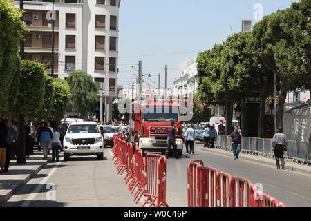 Tunis, Tunisie. 27 Juin, 2019. Un chariot est se trouve à la scène où une personne s'est fait exploser près d'une voiture de police blessant cinq personnes, à l'Avenue Charles de Gaulle. Credit: Khaled Nasraoui/dpa/Alamy Live News Banque D'Images
