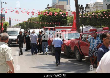 Tunis, Tunisie. 27 Juin, 2019. Les gens passent devant des camions de police sur les lieux où une personne s'est fait exploser près d'une voiture de police blessant cinq personnes, à l'Avenue Charles de Gaulle. Credit: Khaled Nasraoui/dpa/Alamy Live News Banque D'Images