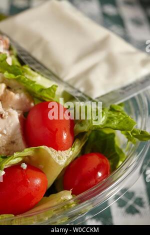 Salade pré-fait dans un récipient en plastique. Un aliment de base du monde moderne. Banque D'Images