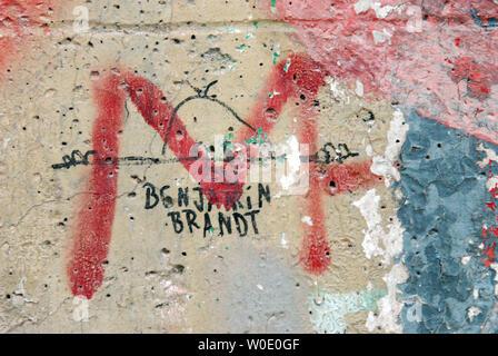 Un graffiti sur une section de l'original mur de Berlin est considéré à l'Newseum qui est actuellement en construction, le 30 octobre 2007, à Washington. Huit sections du mur et une tour de garde sera à l'affiche lorsque le musée est fini. (Photo d'UPI/Roger L. Wollenberg) Banque D'Images