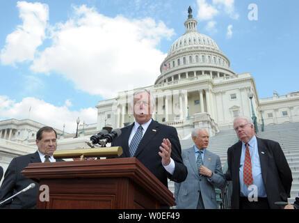 Le chef de la majorité de la Chambre, Steny Hoyer D-MD, prend la parole lors d'un rassemblement célébrant le passage prévu de l'Americans with Disabilities Act Amendements sur la colline du Capitole à Washington le 17 septembre 2008. De gauche sont Rempl. Jerry Nadler, D-NY, Hoyer, le sénateur Orrin Hatch, R-UT, et James Sensenbrenner, R-Wis. (Photo d'UPI/Roger L. Wollenberg)