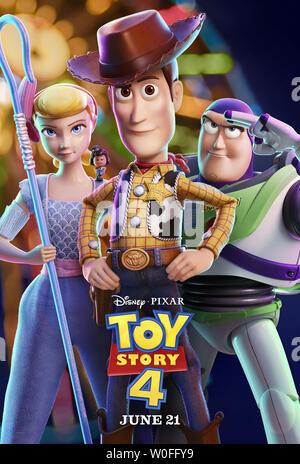 TOY STORY 4, de nous poster, de gauche: Bo Peep (voix: Annie Potts), Giggle McDimples (voix: Ally Maki), Woody (voix: Tom Hanks), Buzz Lightyear (voix: Tim Allen), 2019. © Walt Disney Studios Motion /courtesy Everett Collection