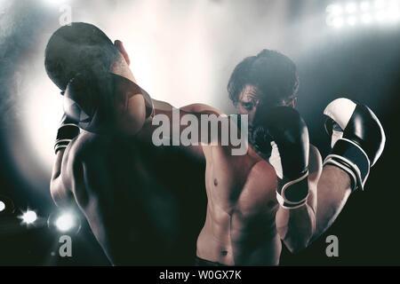 Boxer dans une compétition bat son adversaire boxe Banque D'Images