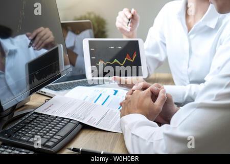 Stock Exchange market concept, équipe de négociation d'investissement ou les courtiers ayant une consultation et d'analyse sur écran et en pointant sur le Banque D'Images