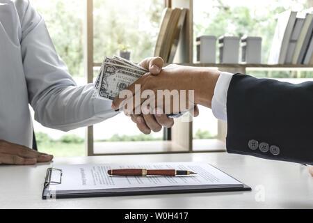 Poignée d'affaires de l'argent des billets d'un dollar dans les mains de tout donner à l'affaire de succès, la corruption concept.