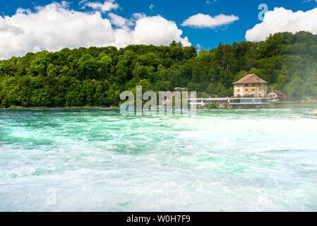 Genève, Suisse - 23 juillet 2019. Chute d'eau sur le Rhin à Neuhausen am Rheinfall, en Suisse. Vieux château visible Banque D'Images