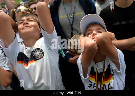 Les amateurs de football allemand regardez comme Unite States joue l'Allemagne dans la Coupe du monde sur un écran de télévision géant à Washington, D.C. le 26 juin 2014. USA perdu 1-0 mais sera toujours à l'avance. UPI/Kevin Dietsch Banque D'Images