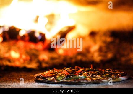 La pizza cuite au four à bois. La pizza. Cuisine italienne.. Un horneada briquetas la Piza. La pizza. Comida italiana. Banque D'Images