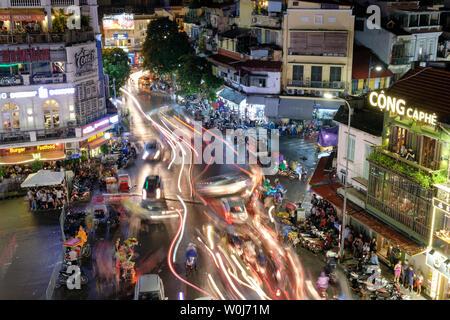 Hanoi, Vietnam: Sep 09 2017: piétons sur route avec embouteillage dans le vieux quartier de la ville de nuit pluvieuse Banque D'Images