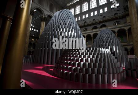 L'exposition intitulée 'ruche' est vu dans la grande salle au National Building Museum de Washington, D.C. le 10 août 2017. L'installation de 60 mètres de haut est construit de 2 700 tubes de papier de la plaie. Photo par Kevin Dietsch/UPI Banque D'Images