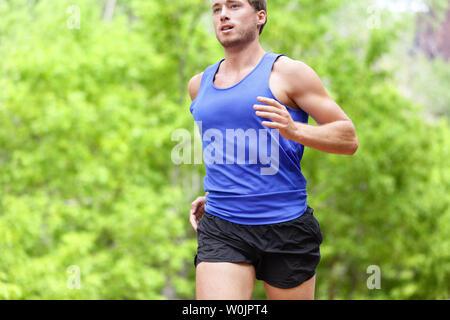 Homme qui court sur la route. Sport et fitness marathon runner la formation pour faire de forte intensité et d'entraînement de sprint en plein air en été. Modèle sport athlète masculin en bonne santé et leurs aspirations. Banque D'Images