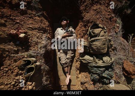 Lance le Cpl. Andrew Naranjo, un carabinier avec 2e peloton, Compagnie L, 3e Bataillon, 4e Régiment de Marines, 1 Division de marines, la Force de rotation Maritime Darwin, réside dans son trou de combat pendant l'exercice Brolga, grève le 5 juin 2017, dans le Queensland, Australie. Marines avec 3e Bn., 4ème marines, ont parcouru plus de 100 kilomètres au cours de la première semaine de l'exercice. Marines formés avec les Forces de défense de l'Australie pendant les deux semaines de la certification de la brigade de l'exercice. Photo par le Cpl. Nathaniel Cray/U.S. Marine Corps/UPI