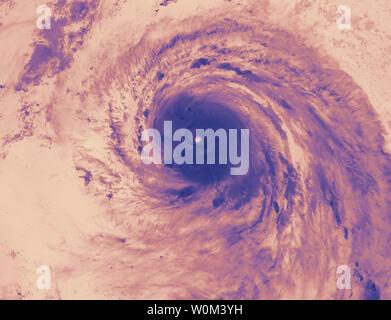 La NASA-NOAA satellite NPP Suomi capturés cette VIIRS image thermique de l'ouragan l'Irma sur les Turcs, Caïques, et les Bahamas le 8 septembre 2017, à 2:42 HAE (0642 UTC). La Division de la Floride d'urgence La Direction estime que 5,6 millions de Floridiens ont reçu l'ordre d'évacuer l'état qu'ils se prépare pour l'Irma à toucher terre tôt dimanche matin. NASA/UPI Banque D'Images