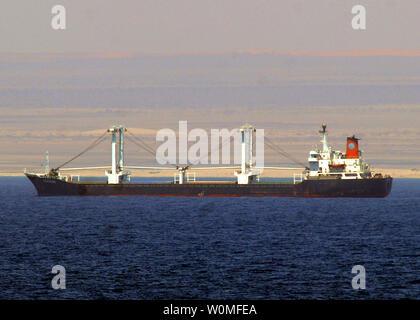 Le bateau MV piratés Centauri est montré comme observé par le croiseur lance-missiles USS Vella Gulf (CG 72) au large des côtes de Somalie, Hoybyo le 29 septembre 2008. Plusieurs navires de la marine américaine sont dans la région de suivre la situation. (Photo d'UPI/Jason Zalasky/U.S. Marine)